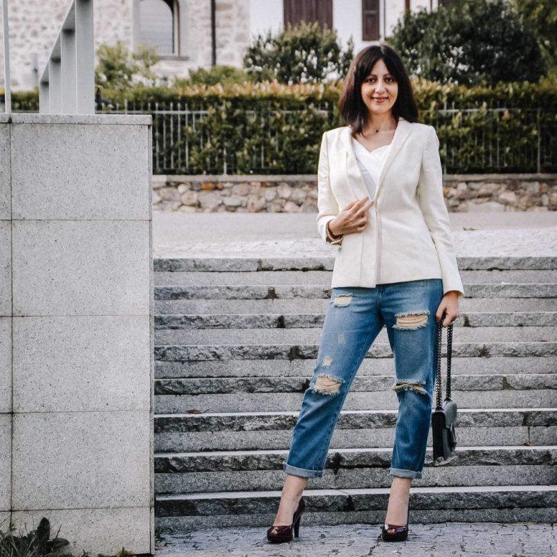 Come indossare i jeans strappati a 40 anni - Prova con il blazer - The Fashion Cherry Diary
