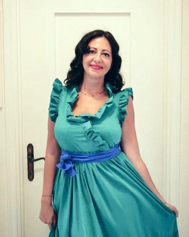 Come abbinare i colori? Le armonie analoghe. Immagine di abito verde con cintura blu