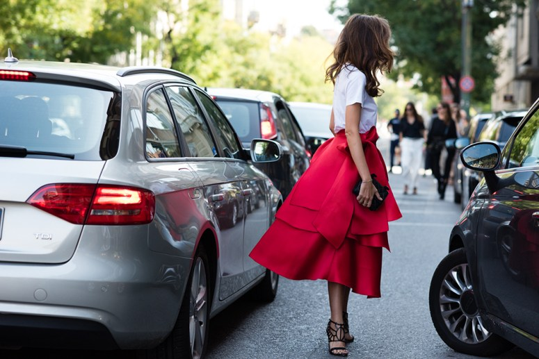 Eleonora-Carisi_Daizy-Shely-red-skirt_Oscar-Tiye-shoes_mfw_Carola_de_Armas
