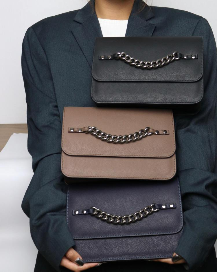 CHATT CUBY cross body designer bag with chain details and straps in black, brown and dark blue
