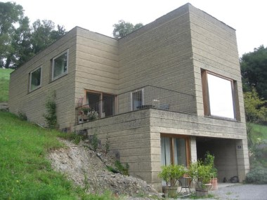 A modern, unstabilised rammed earth house in Austria. Stephen Dobson, Ramtec