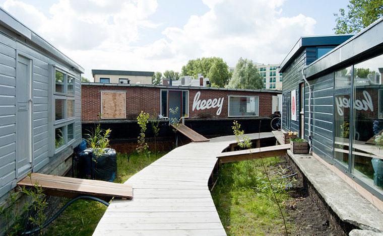 Heeey matey… gangplanks connect houseboat studios at De Ceuvel. Photo by Martin van Wijk.