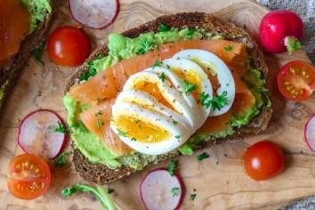 Toast met avocado, zalm en ei