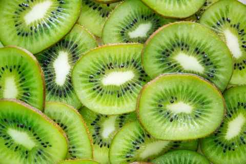 close up photography of sliced kiwi fruits
