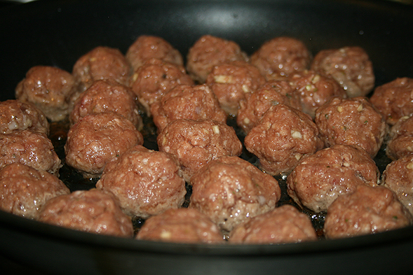 https://i1.wp.com/thefoodaddicts.com/wp-content/uploads/2009/02/swedishmeatballs01.jpg