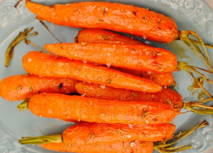 maple-roasted-carrots-with-fennel-seeds-recipe-from-kelliesfoodtoglow