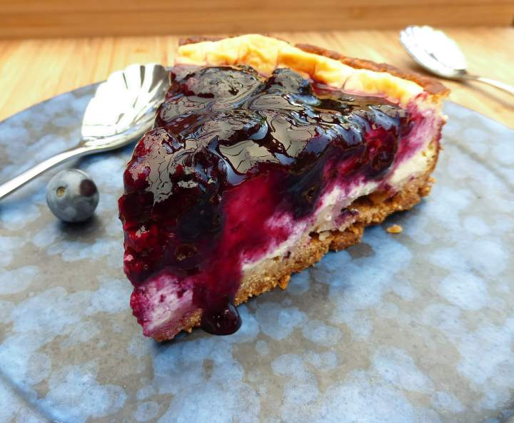 https://www.theculinaryjumble.com/2017/08/06/baked-greek-yoghurt-cheesecake-with-a-fresh-blueberry-compote-no-refined-sugar-and-gluten-free/