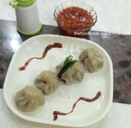 Chicken momos with chutney