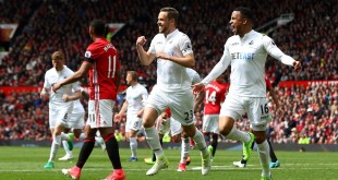 Gylfi Sigurdsson celebrates after his stunning free kick against Man Utd