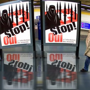 Poster calling for the ban on building mosques in Switzerland, 2009 (Source: Ancho. / flickr)