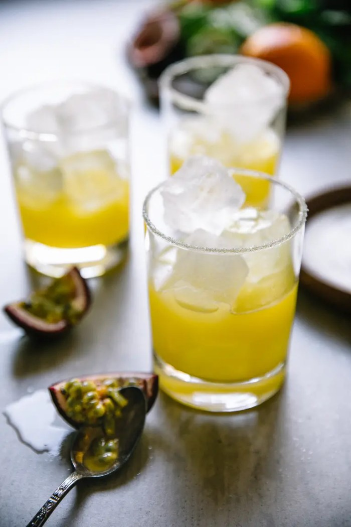 Glasses filled with ice and pineapple margarita