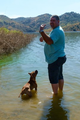 Vitor en Baily going for a swim in the dam that used to be the river!