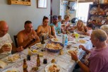 Toute la famille aan de lunch... When we got to Felgar we could immediatly join the family for lunch.