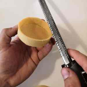 Limer bords tartelette pâte sucrée à l'aide d'une râpe Microplane®