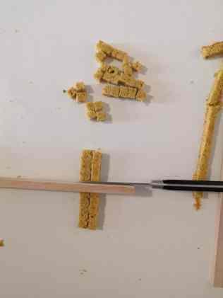 Détaillage des cubes de cake pistache