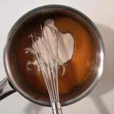 Ajouter sucre et pectine au glaçage abricot