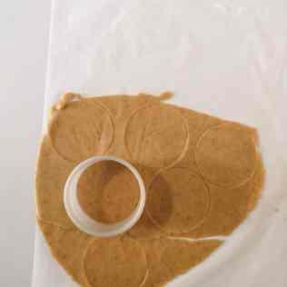 Détailler des ronds de pâte sucrée