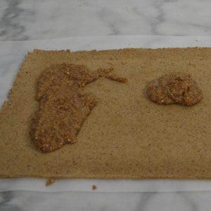Etaler le praliné noisette sur le biscuit japonais