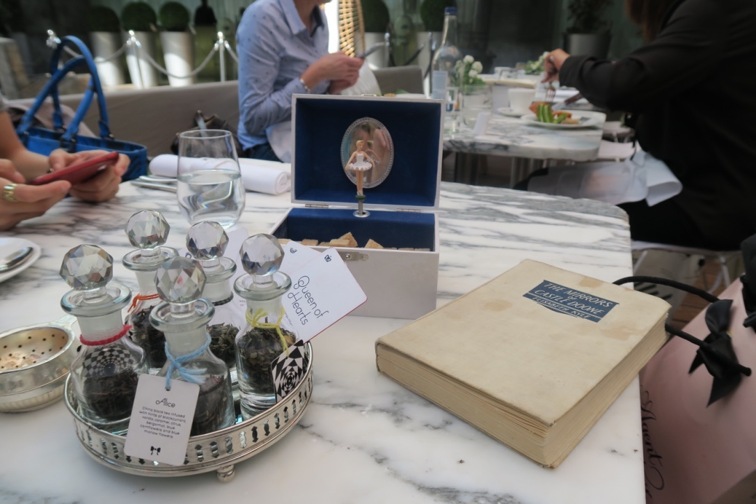 The-Frilly-Diaries-Afternoon-tea-nel Paese-delle-meraviglie-London-Sanderson-hotel-carillon