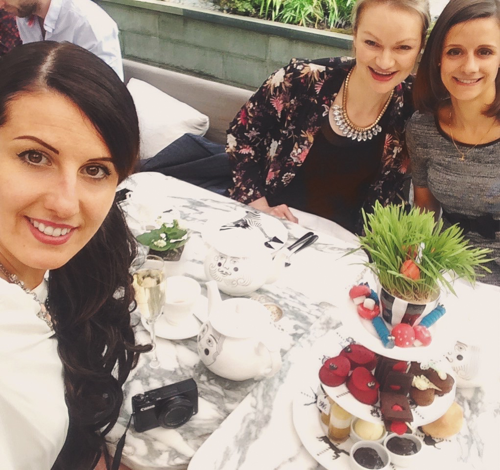 The-Frilly-Diaries-Illy-nel Paese-delle-Meraviglie-Afternoon-tea-London-Sanderson-hotel-girls