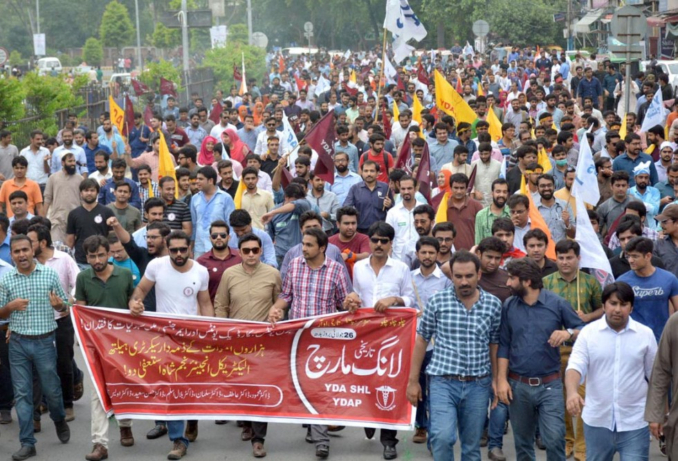 Pic01-011 LAHORE: Aug 01 – Activists of Young Doctors Association (YDA) hold a long-march in support of their demands from Services Hospital to Chief Minister's Secretariat. ONLINE PHOTO by Malik Sajjad