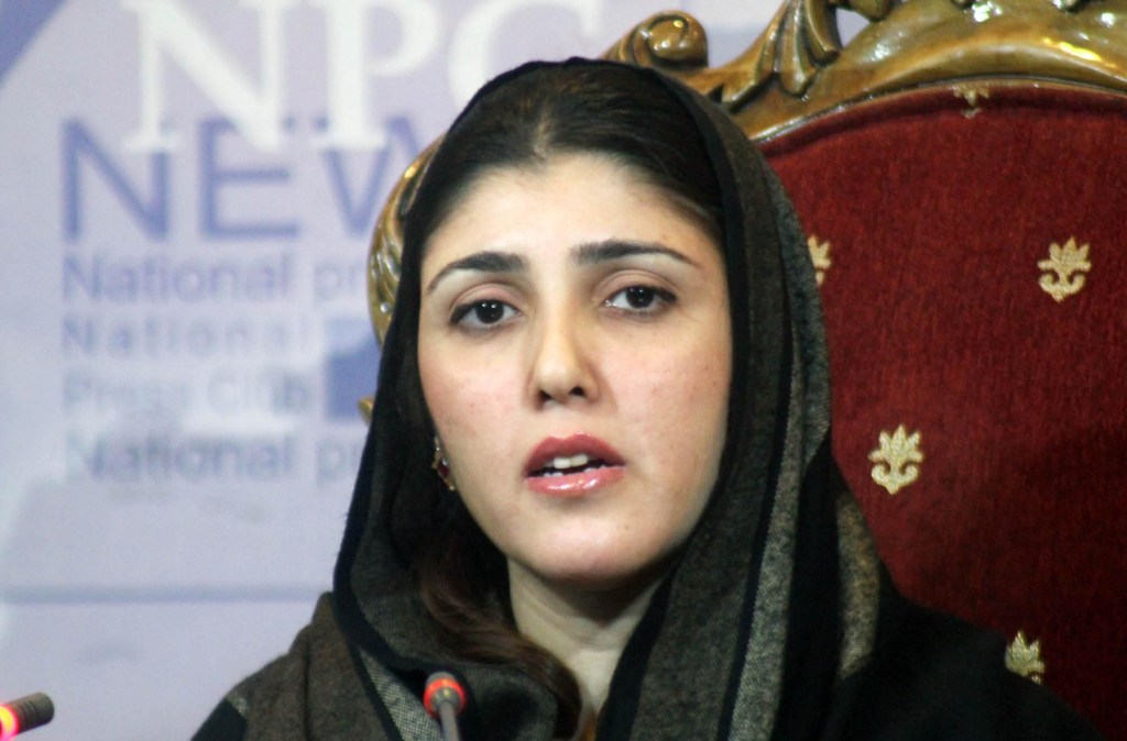 Pic15-056 ISLAMABAD: Nov 15 – Estranged Pakistan Tehreek-e-Insaf (PTI) MNA Ayesha Gulalai addressing a press conference at National Press Club. ONLINE PHOTO by S M Sohail