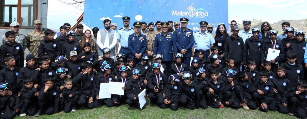 SWAT:  Air Marshal Aasim  Zaheer Vice Chief of the Air Staff, who is also President Winter Sports Federation of Pakistan  along with the Officials of  Winter Sports Federation Pakistan and participants' of training camp Malam Jabba. INP PHOTO