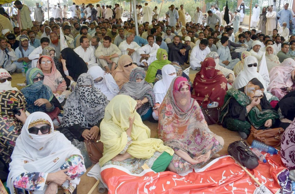 QUETTA: Teachers protesting at hockey chowk. INP PHOTO by Ahmed Bhatti