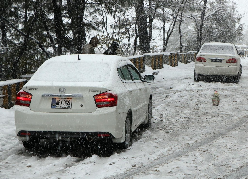 Pic12-037 NATHIAGALI: Dec12 - Vehicles have been stuck on Murree road, due to heavy snowfall in the area. ONLINE PHOTO by Sultan Dogar
