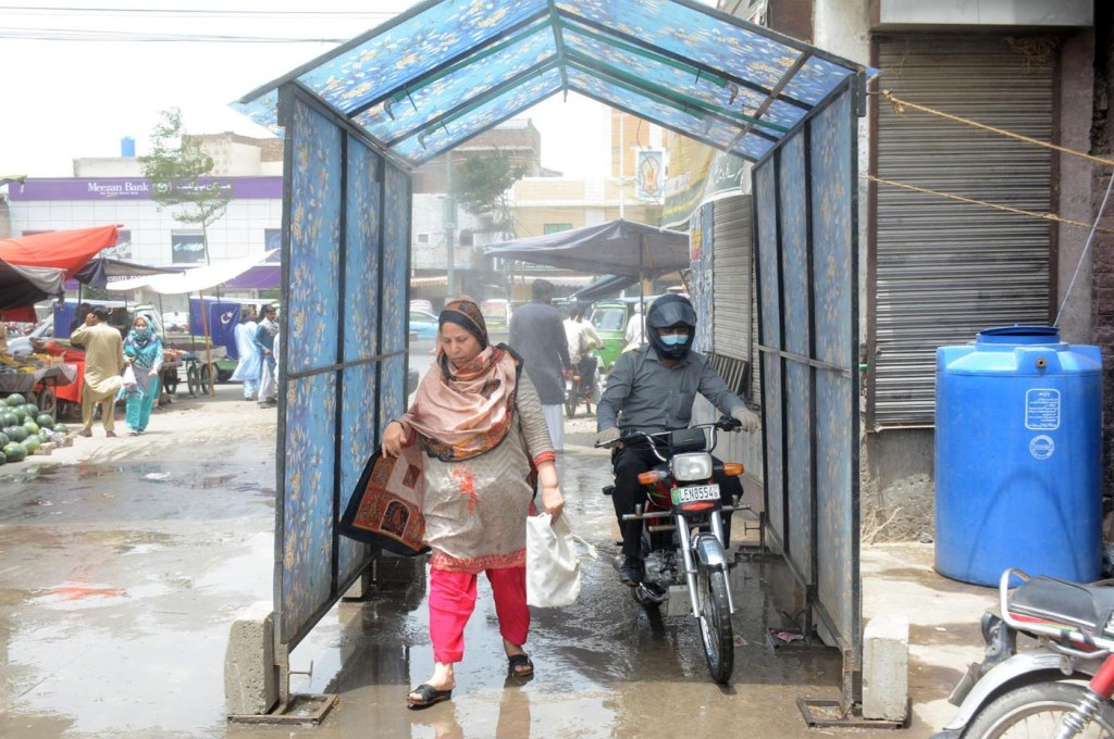 Pic29-006 LAHORE: May29- People passing from walk through sanitizer gate installed at Singh Pura Fruit and Vegetable Market amid corona virus outbreak in provincial capital. ONLINE PHOTO by Malik Sajjad