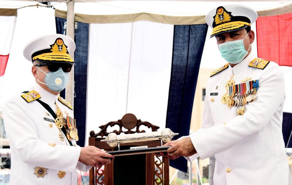 Karachi : Chief of the Naval Staff, Admiral Zafar Mahmood Abbasi handing over Scroll to Commandar Pakistan Fleet at the Induction ceremony of PNS YARMOOK held at PN Dockyard. – NNI, July 13, 2020