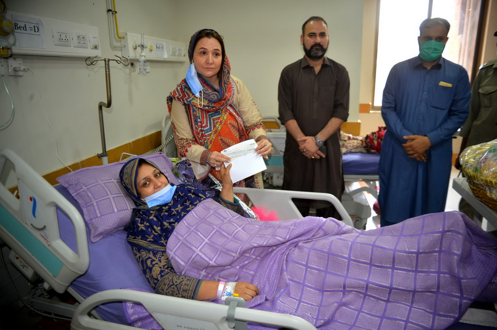 PESHAWAR Renowned actress Dr Sarwat Ali being provided cheque for medical treatment from Cultural and Tourism Department. — F.P. photo