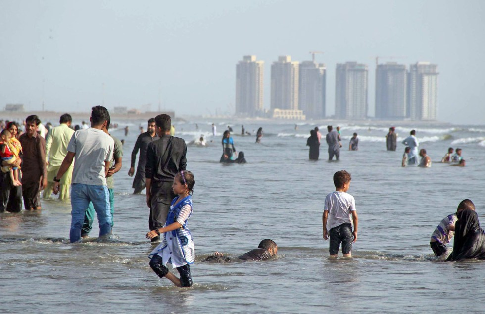 Pic11-059 KARACHI: Oct11- Peoples are enjoying Sunday Holiday at sea view in provincial capital. ONLINE PHOTO by Anwar Abbas