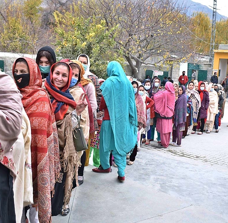 APP22-221120 GILGIT: November 22 – A large number of ladies standing in a queue at polling station to cast their votes during Gilgit-Baltistan Election 2020. APP Photo by Ashraf Hussain Nasiri