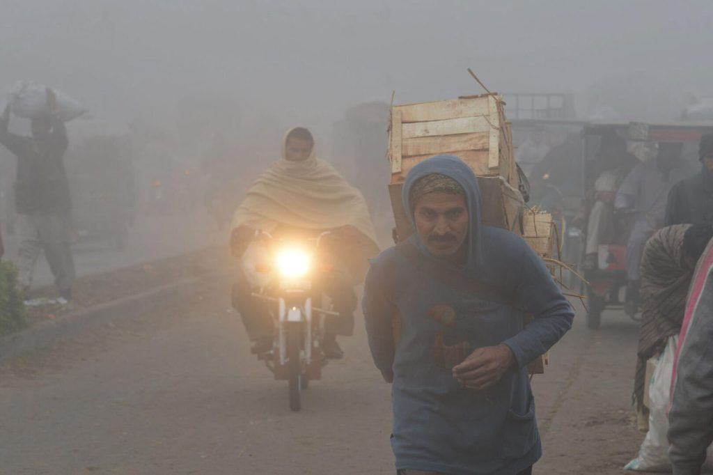 Pic19-028LAHORE: Feb19- Laborers are busy in their work during foggy weather at Vegetables Market in Baghbanpura area to earn daily wages for the livelihood of their family. ONLINE PHOTO by Sajid Rana