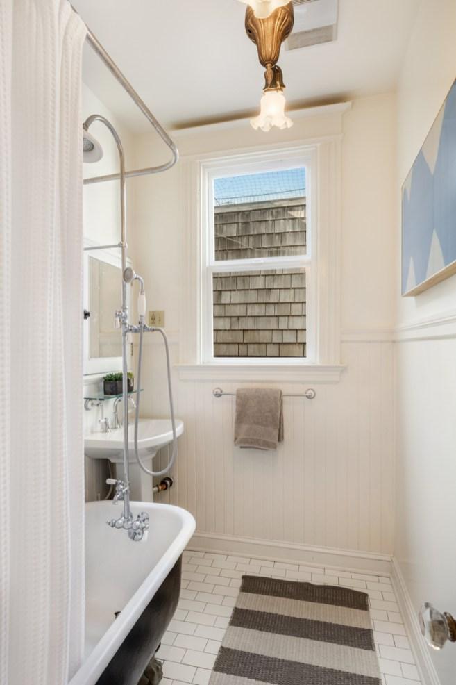 318 Connecticut Bathroom w/ Clawfoot Tub