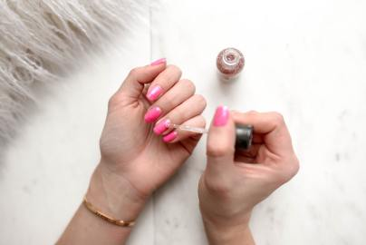 nail-polish-pink-apply