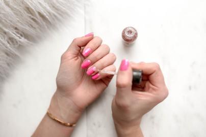 nail-polish-pink-apply
