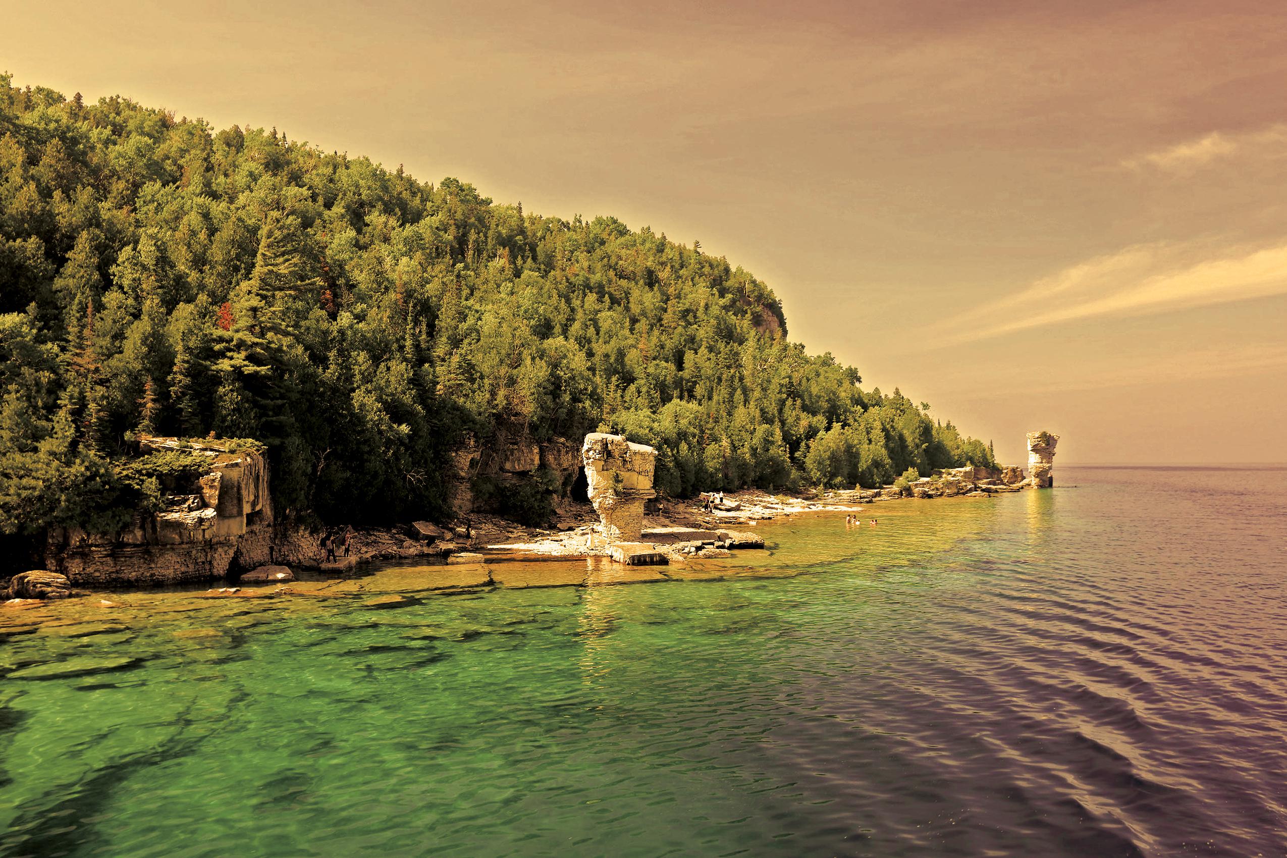 Severně od Tobermory leží Fathom Five National Marine Park. Je oblíbený všemi milovníky vody - od kajakářů přes potápěče až po rybáře. Tvoří jej několik ostrovů, z nichž největší je Cove Island.