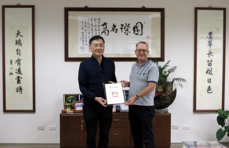 NDHU-CIS president Han-Chieh Chao and U of O professor Scott Simon