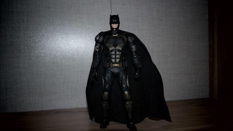 Batman-Justice-League-Tactical-Suit-Mafex-Review-15