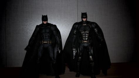 Batman-Justice-League-Tactical-Suit-Mafex-Review-18