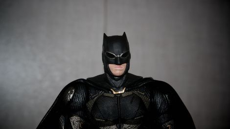 Batman-Justice-League-Tactical-Suit-Mafex-Review-19