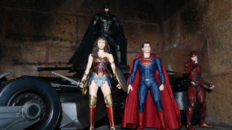 Batman-Justice-League-Tactical-Suit-Mafex-Review-24