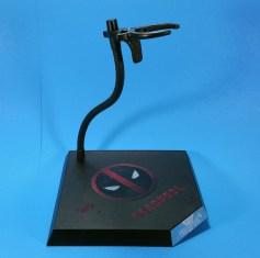 hot-toys-movie-masterpiece-deadpool-mms-437-ryan-reynolds-stand