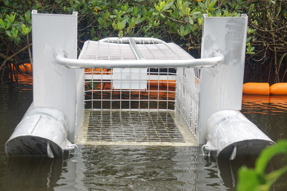 A cage device for litter collection.