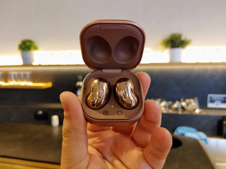 האוזניות של סמסונג נראות כמו תכשיט. צילום צחי הופמן