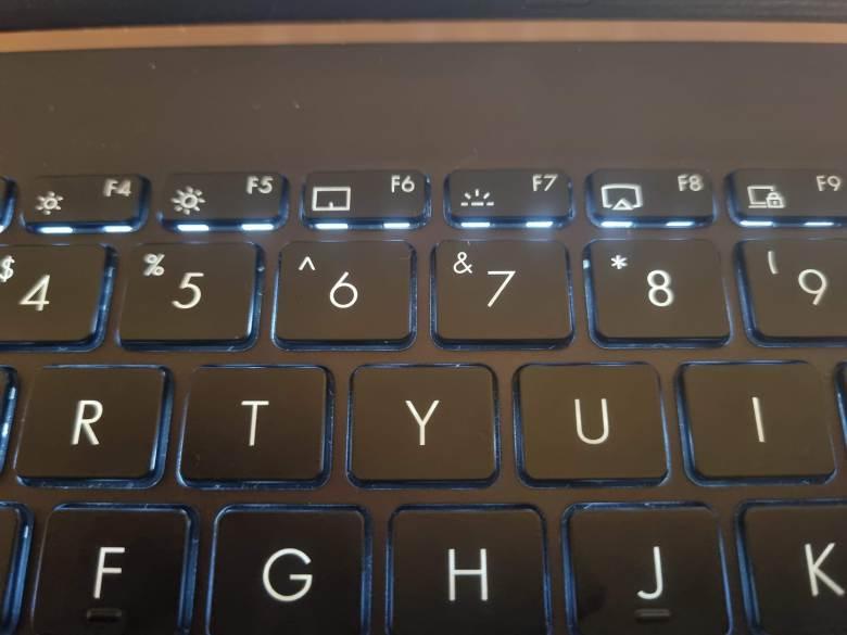 תאורה מוזרה בכפתורים העליונים. צילום צחי הופמן