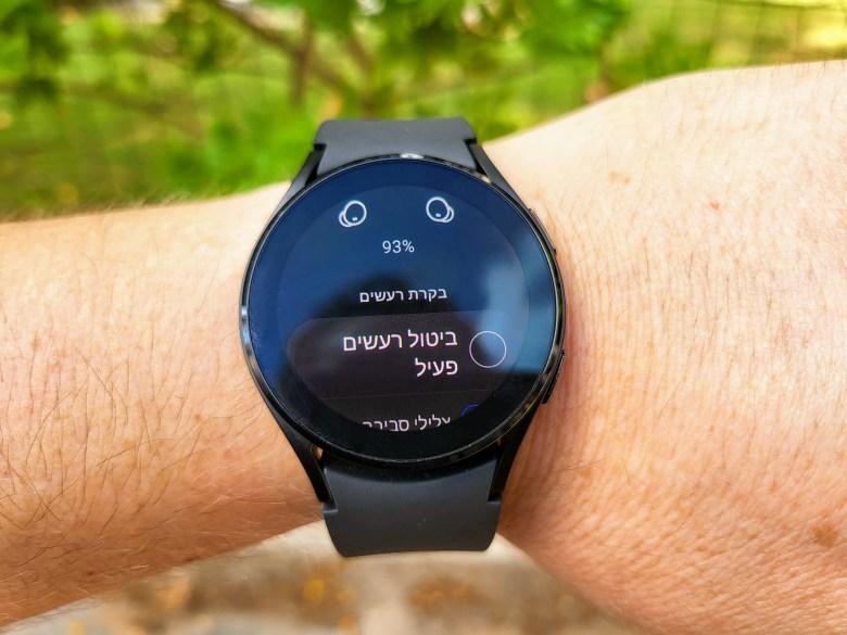 שליטה ב-Galaxy Buds 2 דרך השעון של סמסונג. צילום צחי הופמן