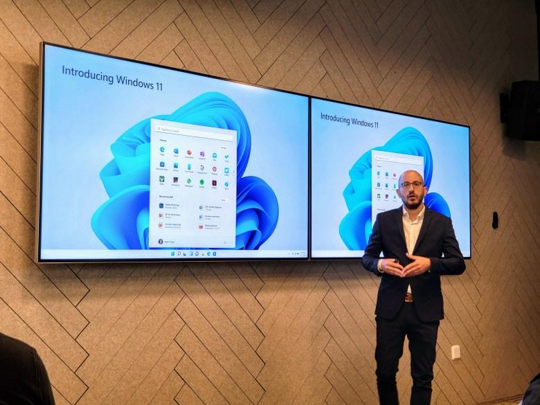 שחר אדיב, מנהל תחום ה-Consumer במיקרוסופט ישראל מציג את ווינדוס 11. צילום צחי הופמן